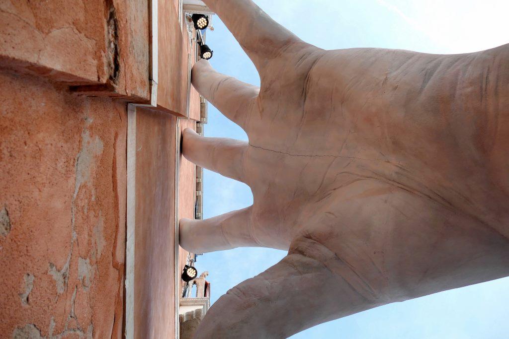Mani sulla città